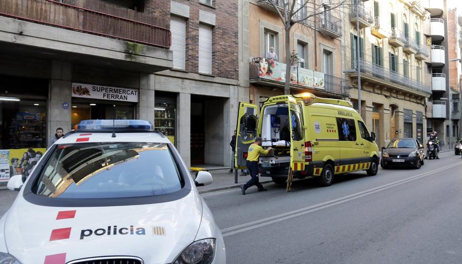 Els serveis d'emergències al bloc de pisos on viu la mare a Girona.