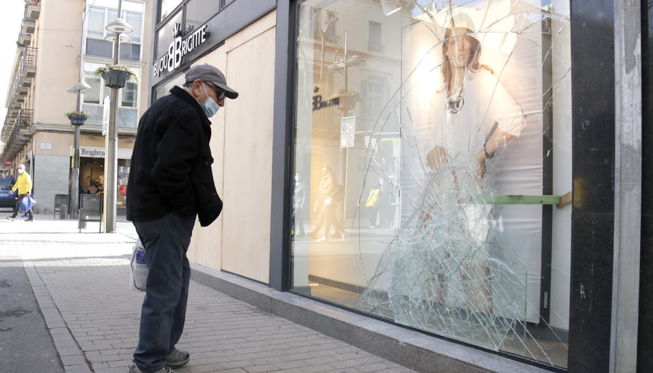 L'aparador d'una botiga que va ser víctima del pillatge, amb els vidres trencats.