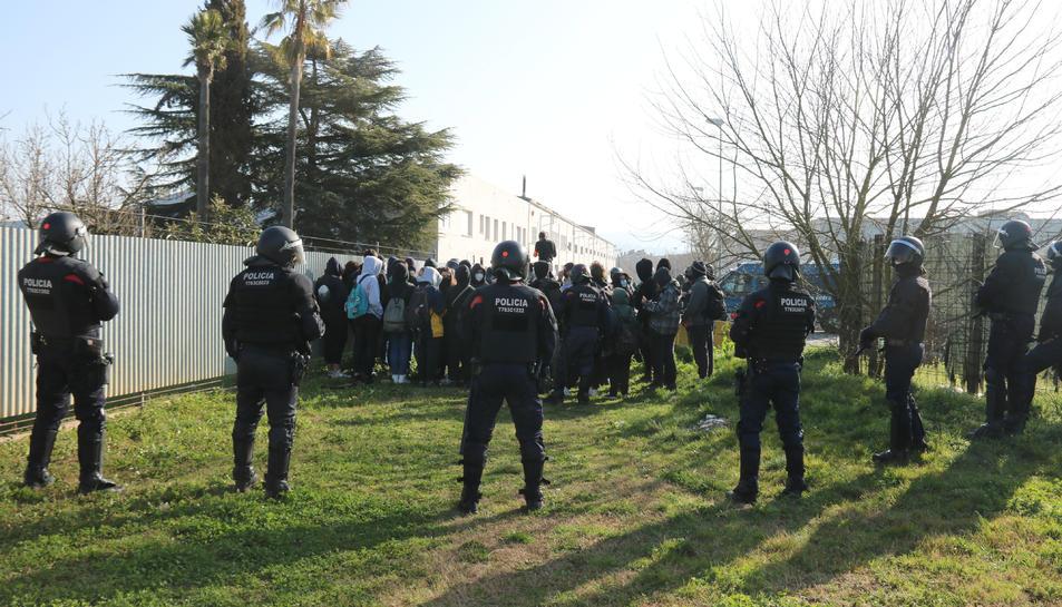 Els Mossos encapsulant els joves per identificar-los en un descampat proper al tall a Girona.