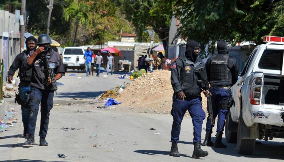 Policies realitzen un operatiu en la presó de Croix-donis-Bouquets després d'una fugida de presos.