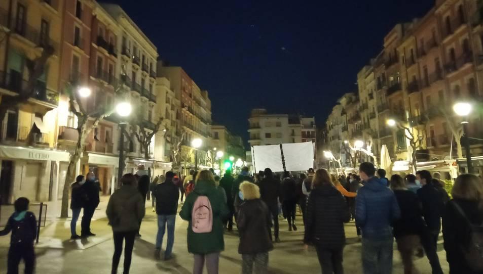 Manifestants dirigint-se cap a la plaça Imperial Tàrraco.
