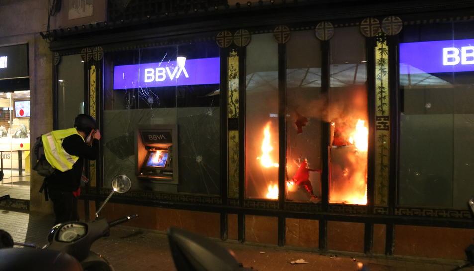 Una entitat bancària cremant a Barcelona després de la manifestació, que ha acabat amb alguns aldarulls.