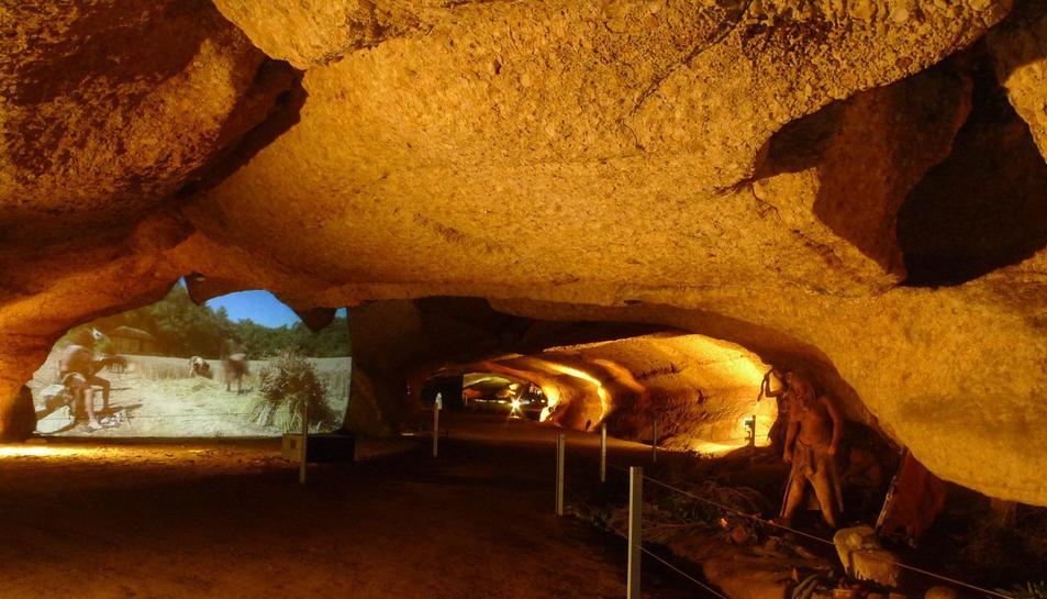 La Cova de la Font Major permet fer una visita immersiva a les comunitats prehistòriques.