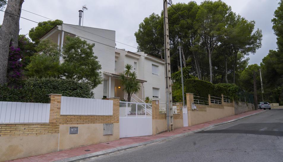 Exemple d'un carrer de Cala Romana on hi ha una entrada a un aparcament sense el gual.