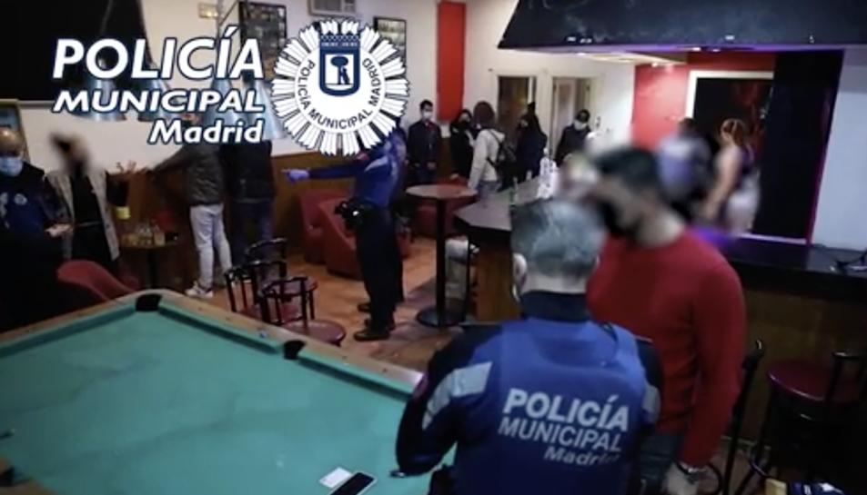 Imatge d'una de les intervencions de la policia municipal de MAdrid a una festa il·legal.