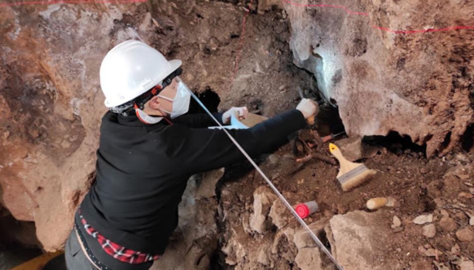 Excavació del testimoni estratigràfic de la Boca C de la Cova dels Xaragalls durant la campanya 2021