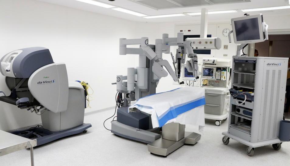 Pla general del sistema robòtic 'Da Vinci' instal·lat en un quiròfan de l'Hospital Joan XXIII de Tarragona.