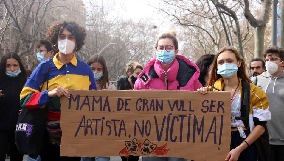 Estudiants d'arts en viu a la manifestació per la vaga convocada contra els casos d'abusos de poder i assetjament denunciats a l'IT.