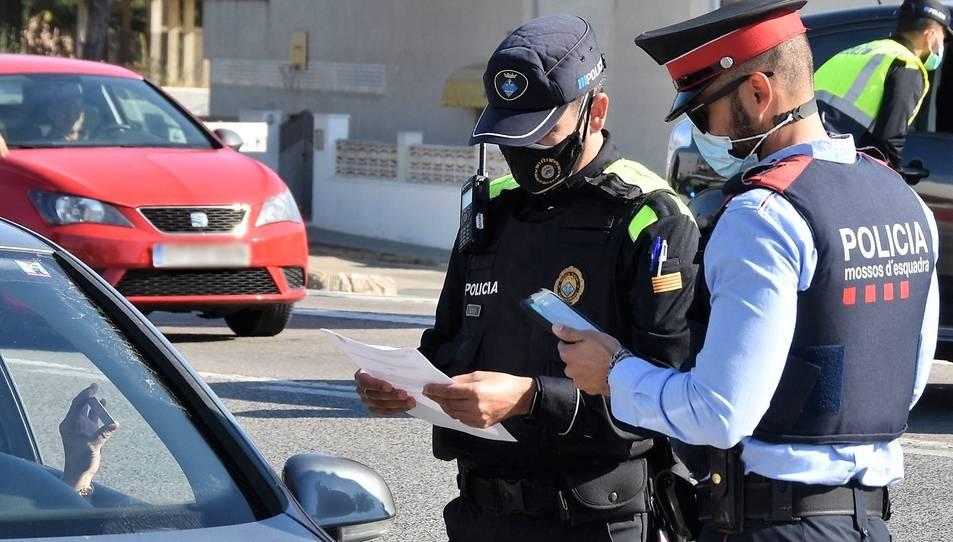 Foto d'arxiu d'un control conjunt de Mossos d'Esquadra i Policia Local el 2020.