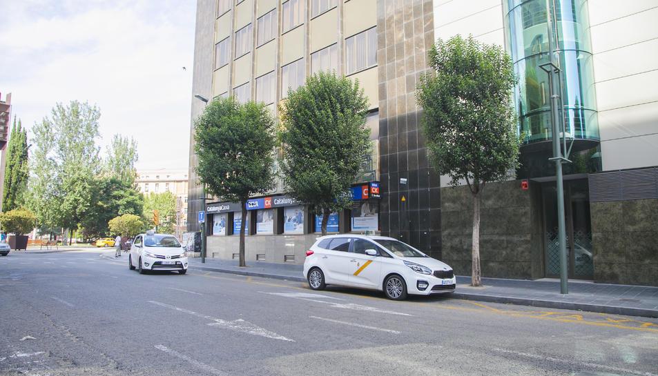Imatge d'arxiu de dos taxis a la parada del carrer Pere Martell.