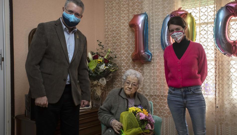 Imatge de Maria Piñol amb Pau Ricomà i Carla Aguilar.