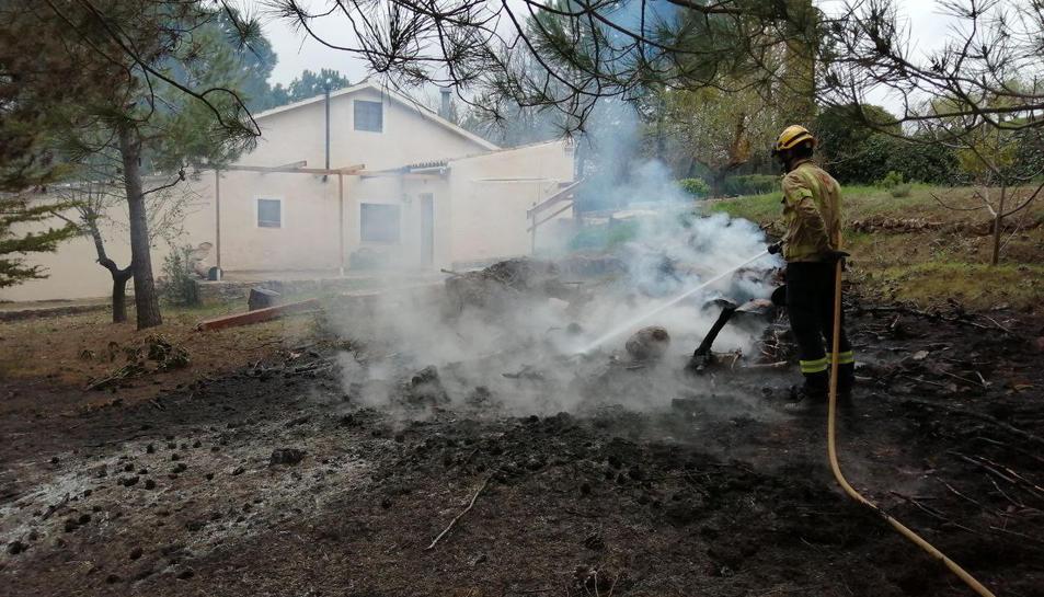 Imatge de Bombers actuant al lloc de les flames.