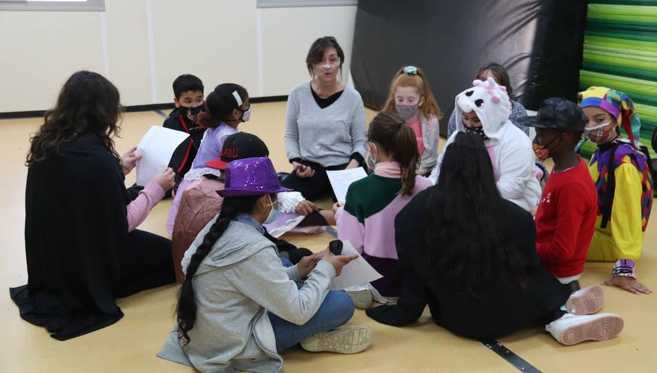Imatge d'un grup de nens durant una classe.