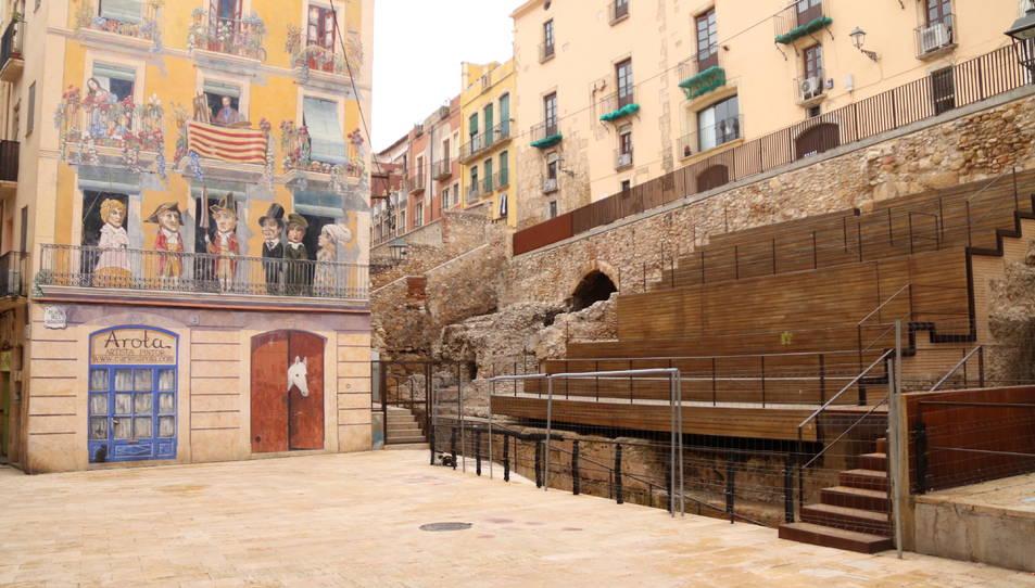 Imatge de la plaça Sedassos de Tarragona i les escales de fusta que s'han construït al circ romà.