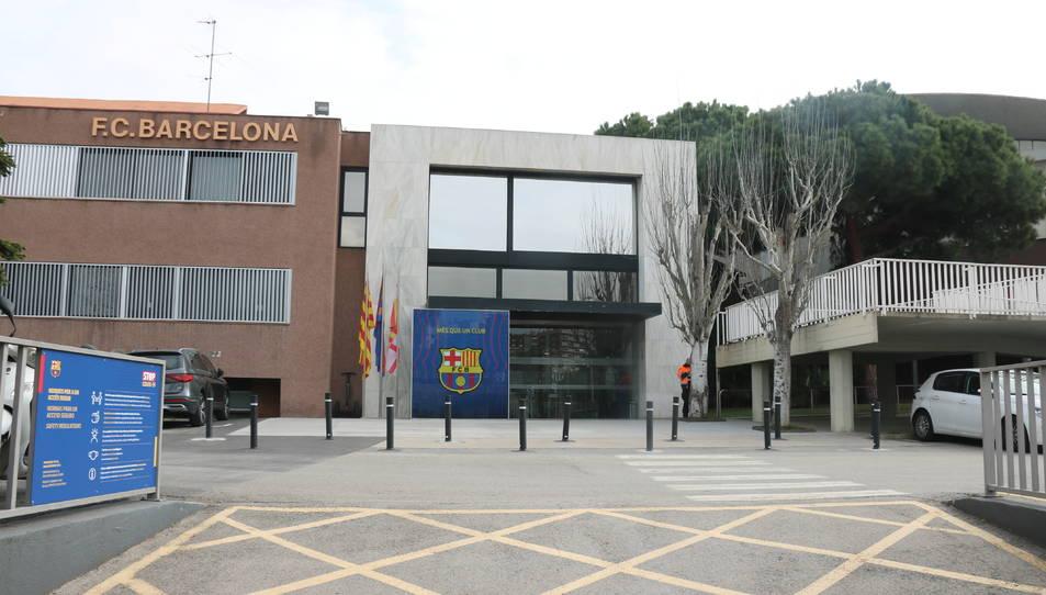 Imatge de l'entrada de les oficines del Barça amb els Mossos a dintre fent registres l'1 de març del 2021 .