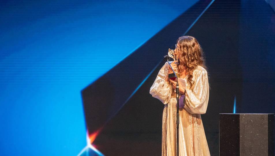 L'actriu Victoria Abril recollint el Premi Feroz en homenatge a la seva carrera.