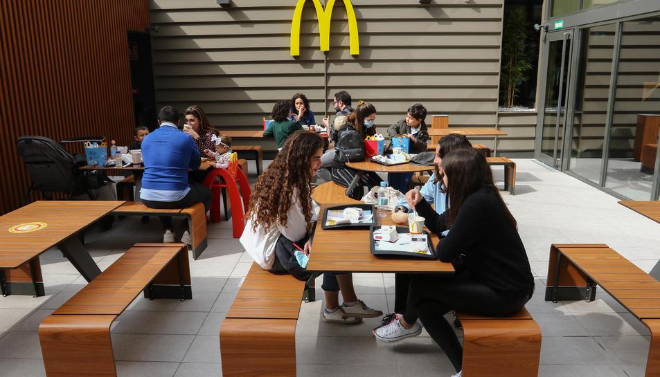 Gent menjant a la terrassa interior del nou establiment.