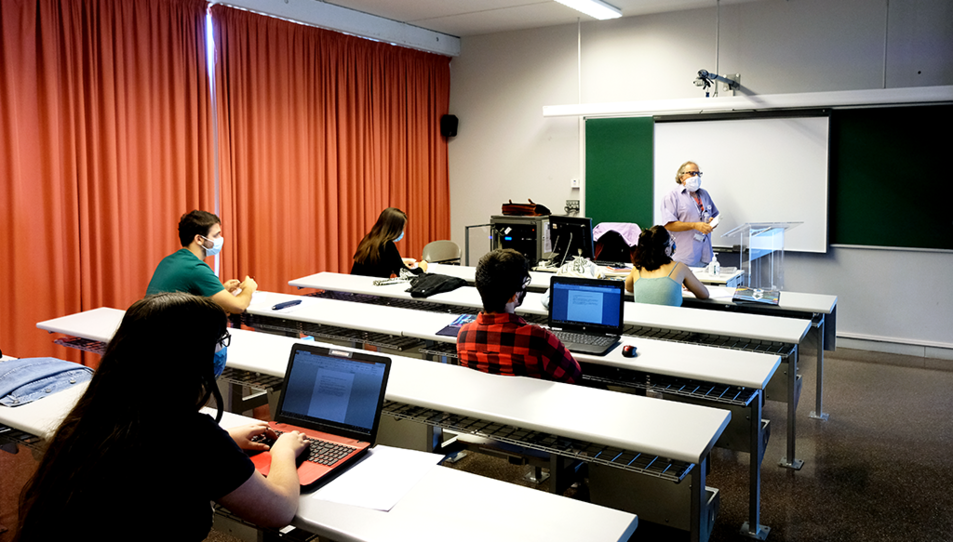 Una classe a la URV amb els alumnes mantenint la distància i amb mascaretes.