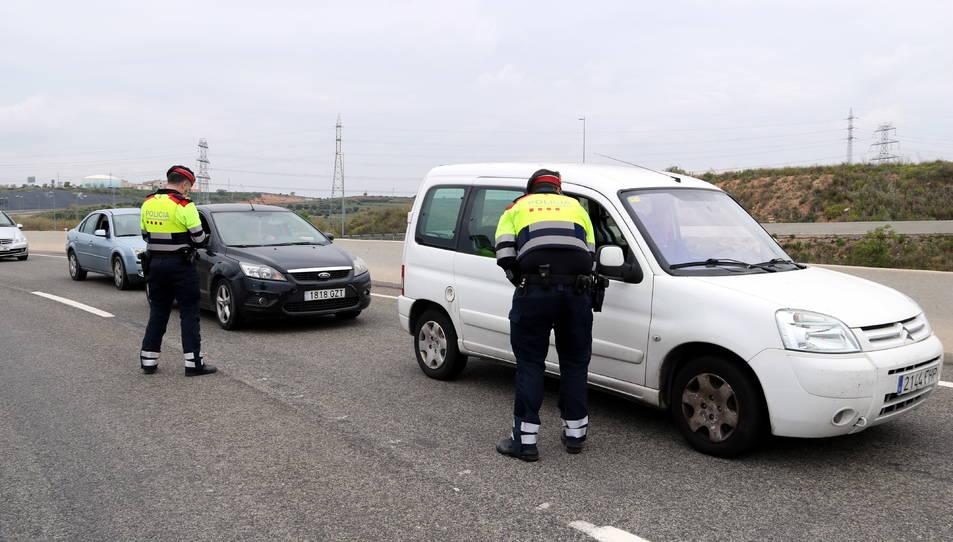 Dos agents requerint la documentació a conductors aturats al control policial de la T-11 a Tarragona.