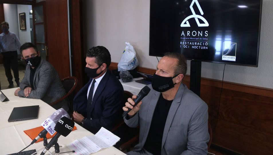 El president d'Arons, Eduardo Abenojar, el secretari general de la Fecasarm, Joaquim Boadas, i el secretari d'Arons, Germán Rueda, durant la presentació.