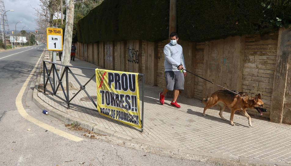 Amb la implicació de l'AV, el veïnat penja pancartes on es llegeix 'Prou de torres! Prou de promeses!'.