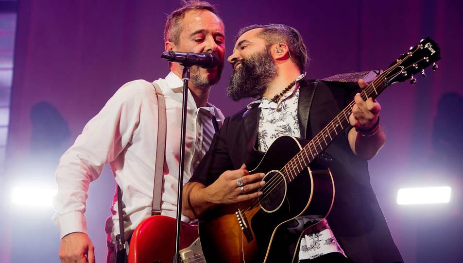 El cantant dels Love of Lesbian Santi Balmes acompanyat pel guitarrista Julián Saldarriaga.