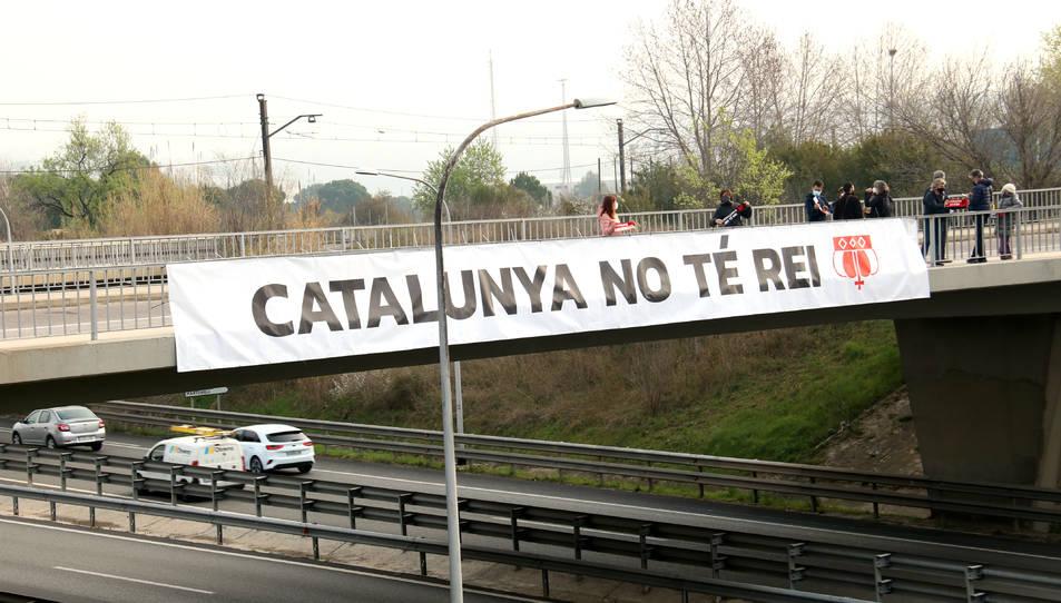 Protesta d'ANC i Òmnium amb una pancarta contra Felip VI, a l'Ap-7 a l'alçada de Martorell.