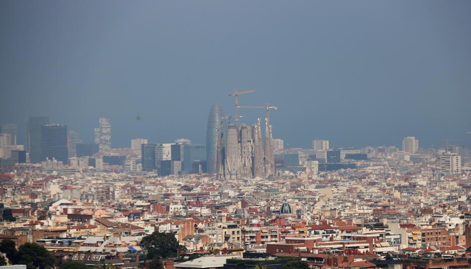 Barcelona amb la Sagrada Família amb boira per pol·lució al fons després que s'hagi declarat l'episodi per alta contaminació per partícules a Catalunya.