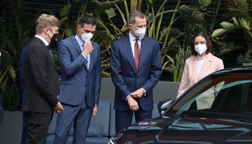 Felip VI, Pedro Sánchez, Reyes Maroto, Wayne Griffiths i Herbert Diess observant un cotxe a la fàbrica de Seat