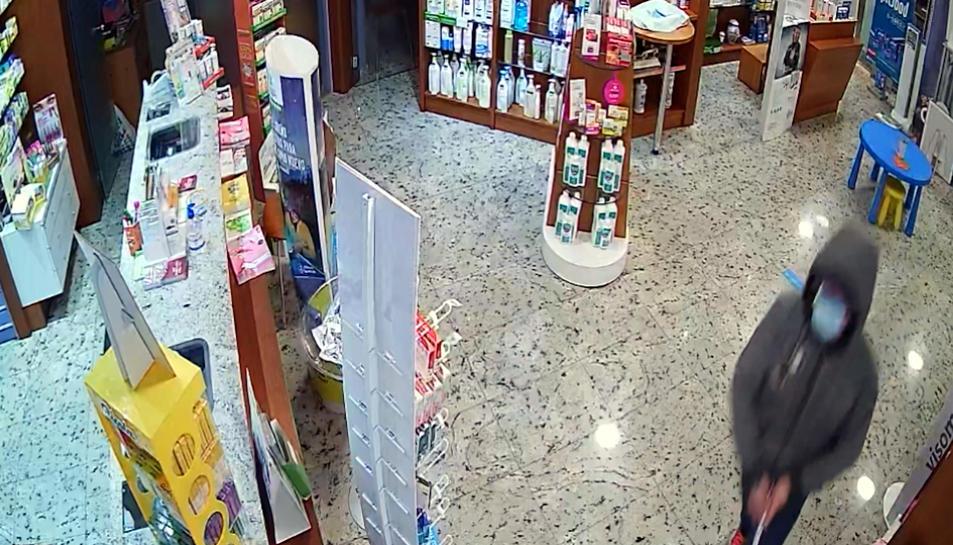 Una càmera de seguretat capta el lladre en l'atracament d'una farmàcia a Nou Barris, el gener passat.