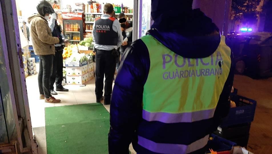 Els agents de la Guàrdia Urbana de Reus i els Mossos inspeccionant un local.