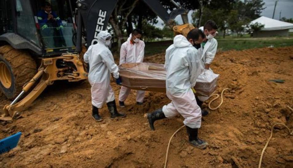 Enterrament d'una víctima de covid-19 en un cementiri de Manaos, Amazones (el Brasil)