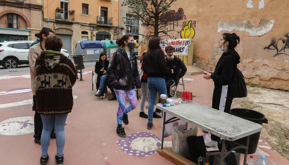 Els assistents realitzant el vermut.
