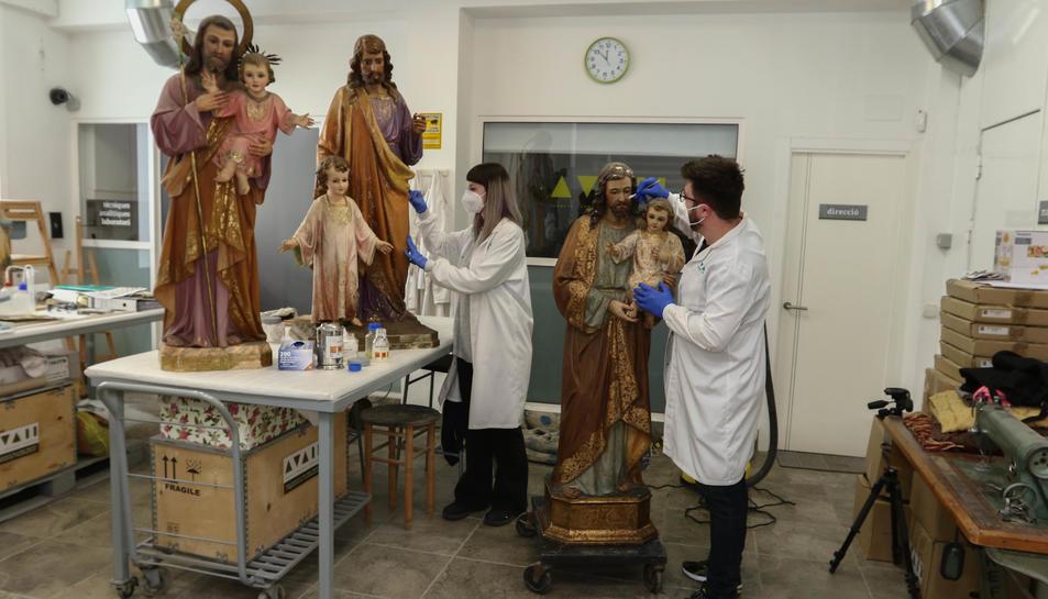 Els Sant Josep de la Parròquia de la Immaculada, la de Sant Francesc i la de Santa Maria, al taller.