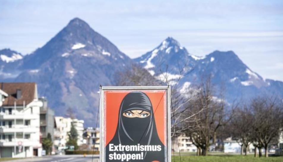 Un cartell de la iniciativa «Sí a la prohibició del burka» a Oberdorf, en el cantó de Nidwalden.