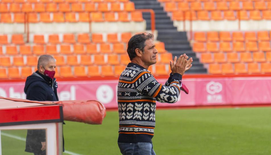 Toni Seligrat aplaudeix als seus jugadors.