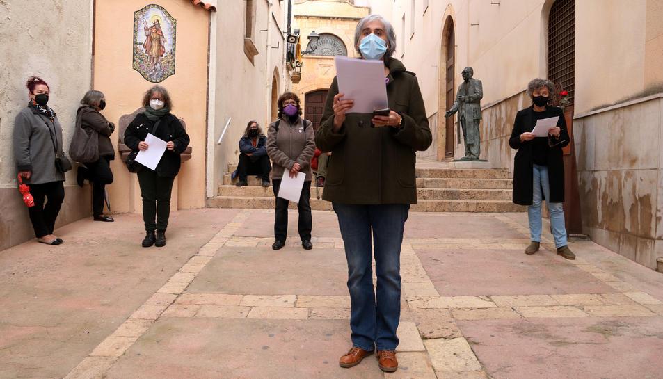 Les organitzadores llegint les fitxes d'ingrés a la presó de les 11 dones mortes al convent Les Oblates durant el franquisme, en l'homenatge organitzat pel Fòrum de Tarragona per la Memòria.