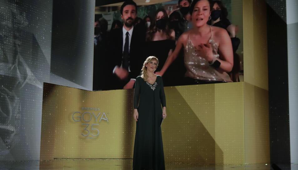 La infermera Ana María Ruiz anunciant el Premi Goya a la millor pel·lícula, que ha rebut 'Las niñas'.