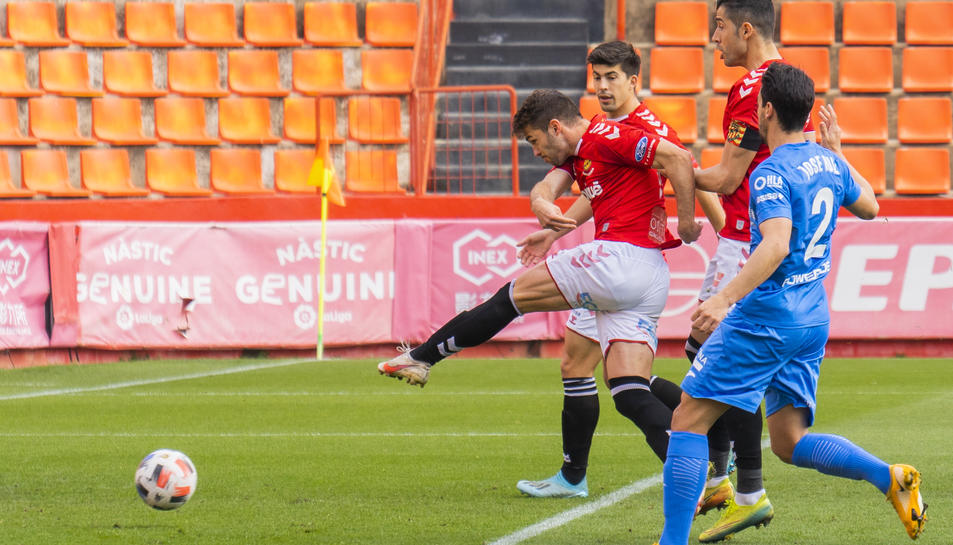 Fran Carbia dispara en el gol que va servir per sumar tres punts contra el Lleida.