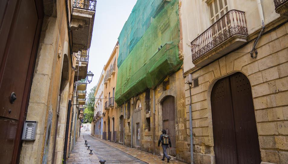 L'edifici del número 7 del carrer d'en Granada va ser enderrocat i ara la façana amaga un solar buit.