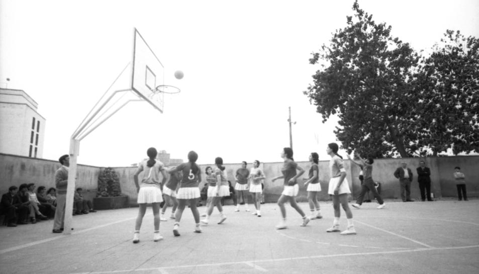 Fotografia de Ramon Ortiga Vidal d'un partit de bàsquet femení als anys 70 a Cambrils.