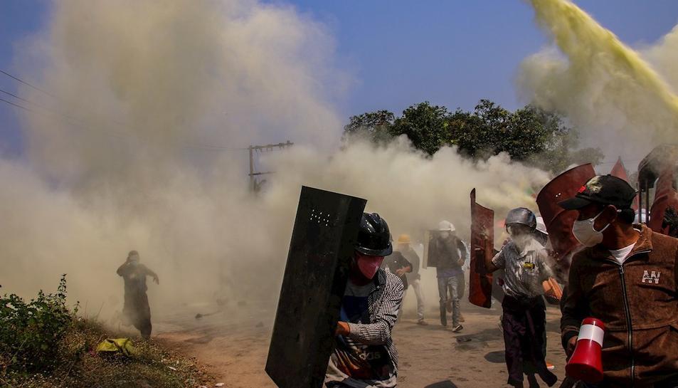 Protestes a la localitat de Myitkyina a Birmània contra la junta militar que ha protagonitzat un cop d'estat al país.