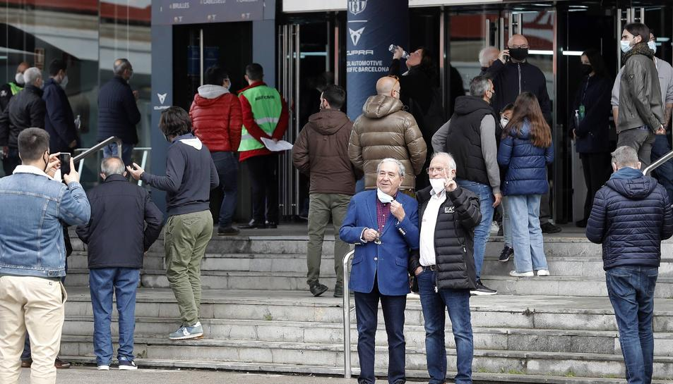 Socis del Barça es disposen a votar.