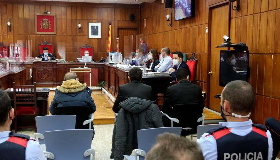 Pla mitjà dels tres acusats per l'homicidi d'un home al Montmell -d'esquerra a dreta, José, Joaquín i Bacari- asseguts d'esquenes a la sala de vistes de l'Audiència de Tarragona.