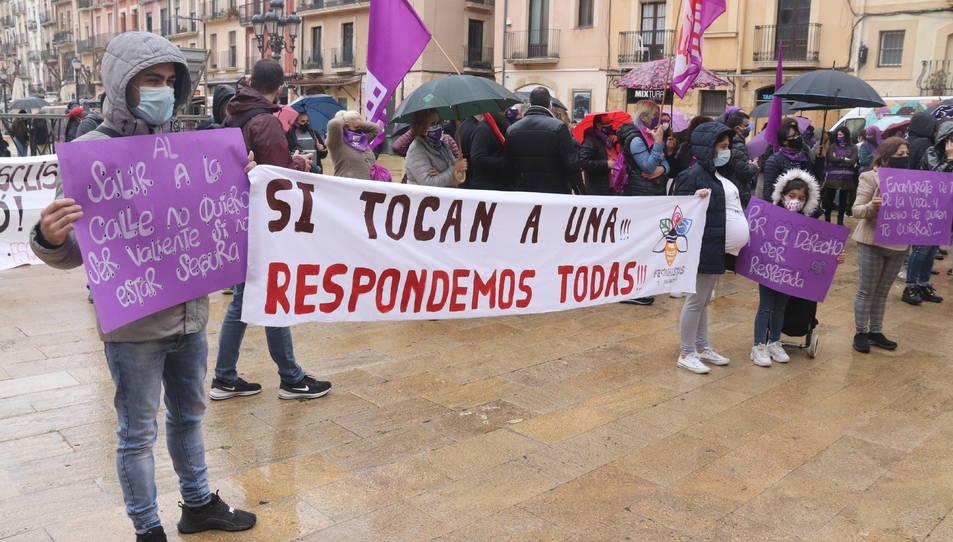 Una pancarta exhibida durant l'acte institucional del 8-M de l'Ajuntament de Tarragona.