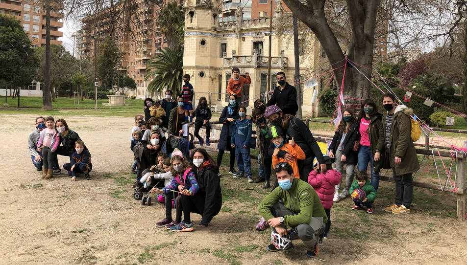 Diverses famílies es van apropar diumenge per participar en l'activitat.