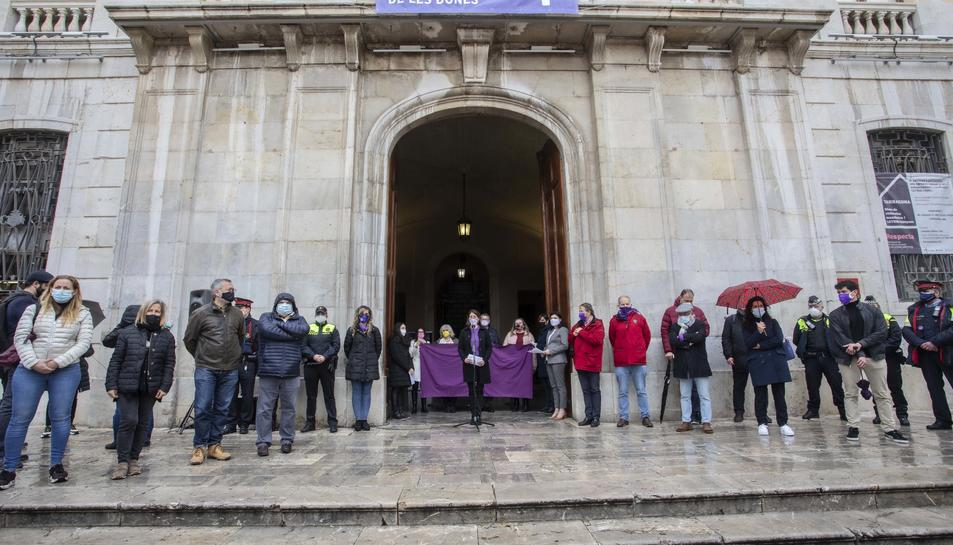 Imatge de la lectura del manifest a la porta de l'Ajuntament.