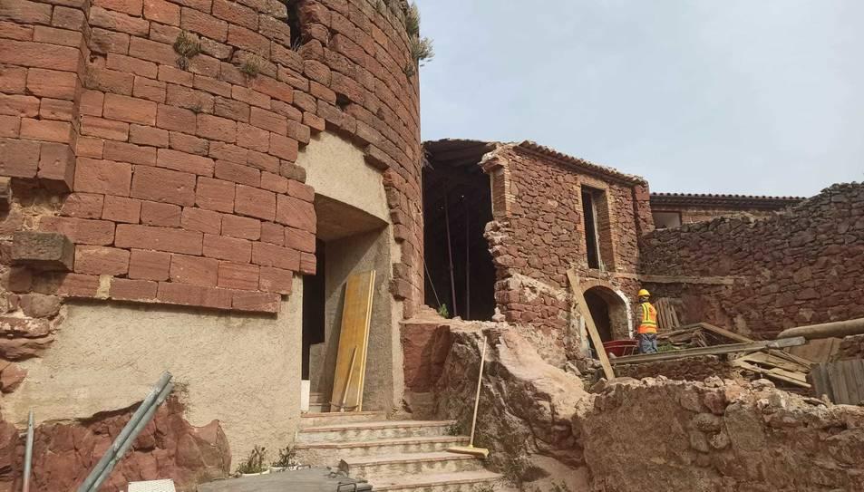 Imatge de les obres a l'exterior del castell.
