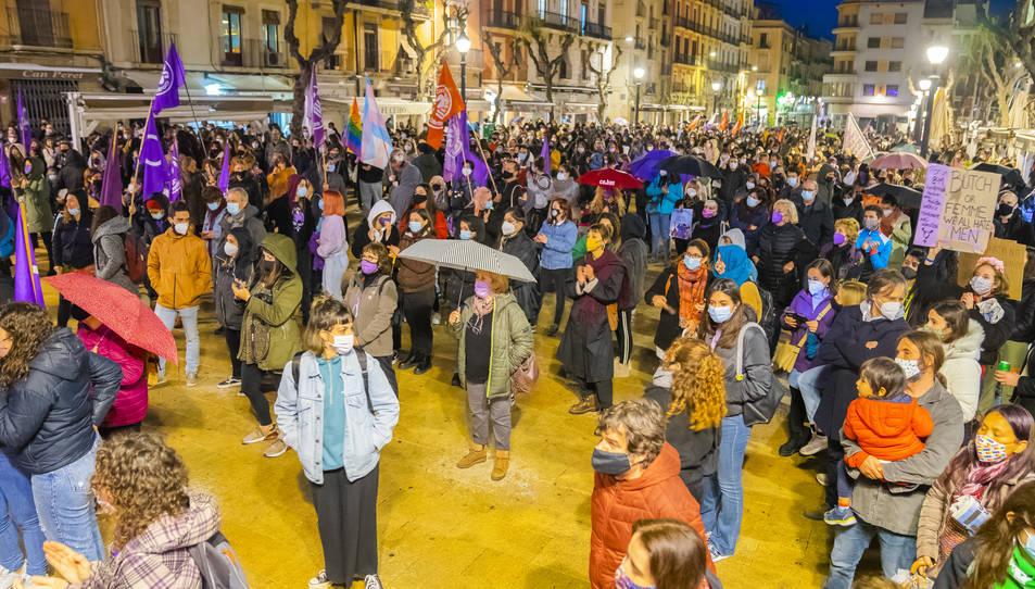 La plaça de la Font de Tarragona es va tenyir de lila durant la concentració del vespre, l'acte més multitudinari a la ciutat durant el 8-M del 2021, marcat per la pluja.