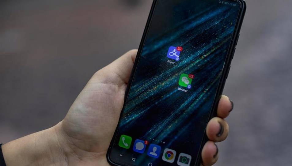 Iconos de las aplicaciones chinas Alipay y WeChat en un smartphone.